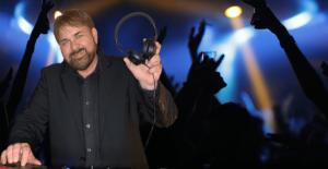 DJ Kiel mit Kopfhörer und tanzeneden menschen