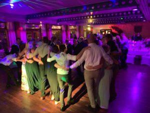 feier gäste im kreis umarmen sich dj kiel